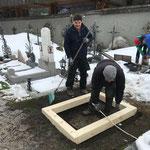 Friedhof, neue Urnengräber vorbereiten
