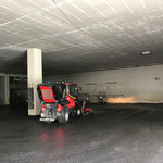 Umschlaghalle und Tunnel Oberlech kehren, mit Holder C70 SC und Kehrmaschinenaufbau