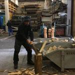 Brennholz aus Altholz für Weihnachtsmärkte vorbereiten