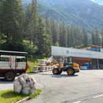 Beton U-Profile (für Abdeckung Schwimmflächen Waldbad) umstapeln und verladen am Bauhof