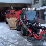Holder-Kehrmaschine nach Rückkehr vom Hersteller abladen...