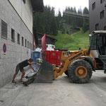 Aufräumarbeiten rund um das Postareal