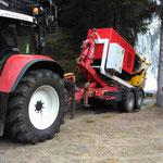 Mobile Schneeanlage abladen, mit Traktor und Bigabhänger