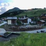 20. Juni: Fallschutz- und Humusierungsarbeiten soweit fertiggestellt, warten auf den Gärtner...