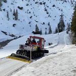 Transportfahrt nach Lech mit Snow Rabbit 3 wegen Straßensperre, Material und Elektriker für Provisorium Fernsehsignal zum Haus des Kindes transportieren