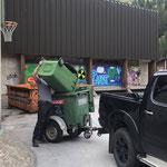 Mülldienst am Schulplatz