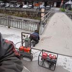 Schweißarbeiten Alublech-Abdeckung Brücke Fußgängerbrücke Hotel Krone