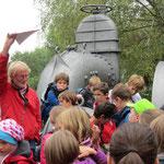 """So hoch stand damals das Wasser"" zeigt Norbert Becker ..."
