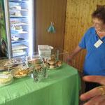Gertrud am Kuchenbüffet