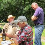 Drei Männer und 1 Flasche Bier – da muss man sich gut verstehen ...