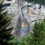 Sicht von oben auf den Staubbach Wasserfall mit Regenbogen