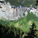 Sicht auf die Felsen oberhalb Lauterbrunnen
