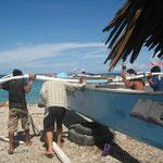 Das Boot für die Überfahrt wird ins Wasser gelassen