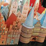 Lübecks Miniaturaltstadt aus Papier: Hobby-Baumeister können sich Holstentor, Dom, St. Marien und Altstadthäuser ausschneiden und zusammenkleben. Fotos: Heiko Pump