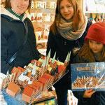Susanne Riebesehl und ihre Töchter Inke (13) und Wiebke (8) aus Hamburg bauen Lübecks Altstadt