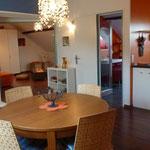 Salon mit Blick zum Wohnzimmer, Bad und Küche