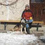 Hausherr Anil mit Hund Aibo