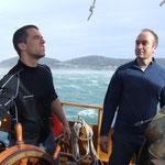 Jean Marc e Sébastien governano a motore contro vento per alleggerire la tensione dell'ancora