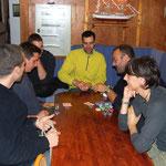 Fuori c'é tempesta e dentro si gioca a poker...