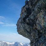 Ausgesetzte Kletterei am Pfeiler, ca. M4.