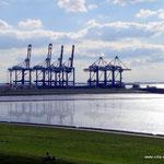 Blick zu den Containeranlagen von Bremerhaven