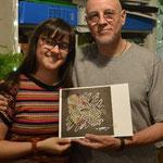 Con la artista plástica Maite Millet Maritano, y el grabado que creó para mí.