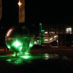 Der beleuchtete Planentenbrunnen vor der Jugendstil Schwebebahnstation Werther Brücke