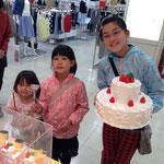 最終日1等景品、巨大なケーキ大当たり~!姉妹でパチリ♪おめでとうございま~す☆