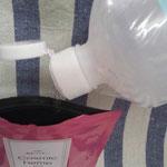 CH 麻炭パウダーの袋に直接 精製水を♪ 水の量は 適量  塩を少々入れましょう♪  触ってみて 重たい感じではなく 水がタポタポしている感じ