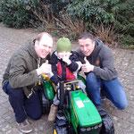 """""""Daumen hoch!"""" - Vater Bernd, Ayk und Torsten"""