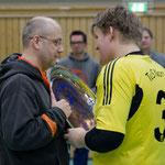 Thorben Schütt übergibt die Wanderschale an Bjarne Maaß vom Turniersieger TuS Nortorf Liga