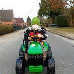Ayk auf der Jungfernfahrt mit seinem neuen Traktor