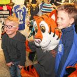 Glückliche Kinder freuen sich über den Tiger zum Anfassen.