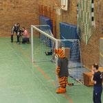 Willy und F-Jugend Trainer Thorsten Themm beobachten das muntere Treiben in der Halle.