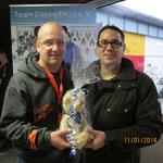 Timmy Rohwedder von der Allianz Nortorf bei der Übergabe von 100,- €