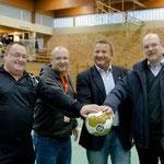 Schiedsrichter, Schirmherr und Spendenempfänger kurz vor dem Turnierbeginn