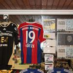 Als Top-Seller entwickelte sich das handsignierte FC Bayern-Trikot von Mario Götze, das für satte 500 Euro unter den Hammer kam.