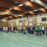Das Turnier ist beendet: Versammlung aller teilnehmenden Mannschaften, die gespannt der Verkündung des Gesamtergebnisses lauschen.