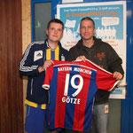Thorsten Schulz übergibt das Mario Götze Trikot an den Höchstbietenden Jan Witt aus Jevenstedt.