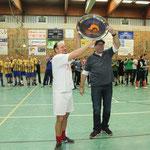 """Den Titel des Fußballturniers sicherte sich das Team DoppelPASS """"Blau"""". David von der Mehden und Coach Olaf Ewers nehmen die Wanderschale in Empfang."""