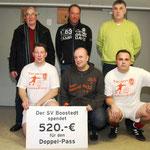 Der SV Boostedt stellte zwei Spieler für das DoppelPASS-Team Blau und brachte eine satte Spende mit.