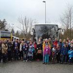 Gruppenfoto direkt nach der Ankunft am Busparkplatz im Volkspark