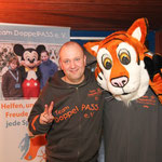 Thorben Schütt posiert gemeinsam mit Willy, dessen Namen übrigens einen tieferen Sinn hat: der Tiger wurde nach Thorben Schütts Vater benannt. Willy Schütt erlag im Jahr 2004 seiner Krebserkrankung.