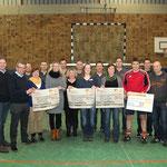 Die Spendengelder wurden zum Teil nach Turnierende gleich weiter gegeben: Gruppenfoto der Scheckübergabe.