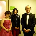 写真中央は、ピアニスト上 雅子さん。