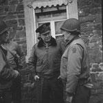 Norman D. Cota, hier als Major General und Kommandeur der 28th. ID, während der Kämpfe im Hürtgenwald mit Dwight D. Eisenhower