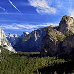"""""""Der"""" Blick über das Tal des Yosemite, vorne links der El Capitano und hinten rechts der half Dome."""
