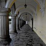 Nur am Zentralplatz gibts zweistöckiges, hier die Kolonnaden des Governeurspalastes.
