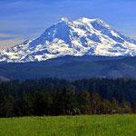 Der Mount Rainier von Roy aus gesehen.