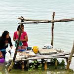 Waschplatz am See. Zuerst wird das Geschirr gewaschen.
